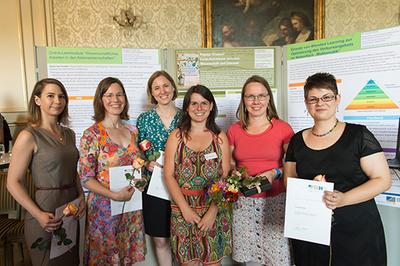 Die Absolventinnen und zwei Mitglieder des eCampus-Teams feiern die erfolgreichen eTeaching-Abschlüsse, Foto: Frommann/Universität Bonn